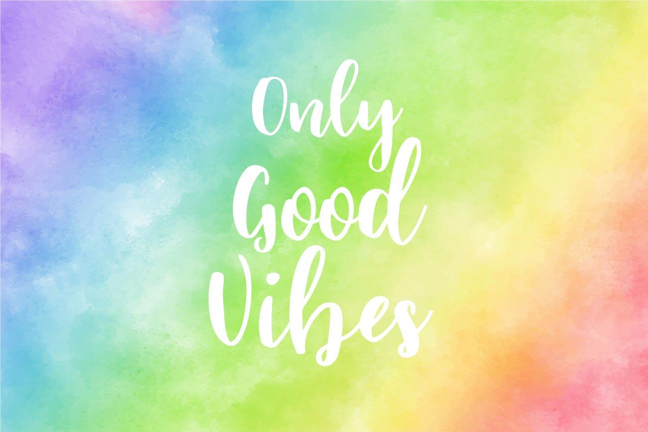 Slogan Only Good Vibes sur fond coloré arc en ciel aquarelle