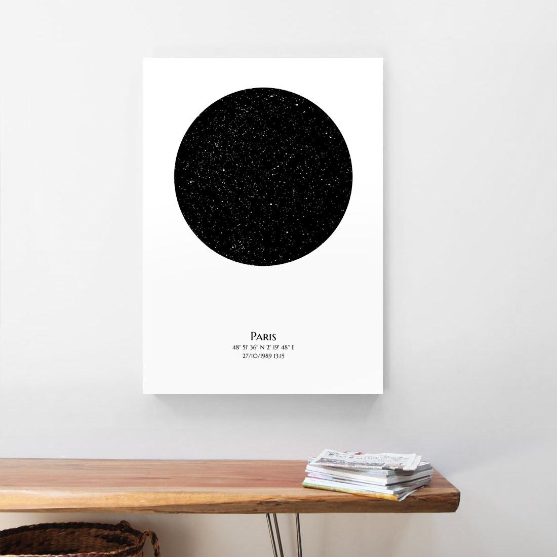 Une toile d'artiste Mundi représentant une carte stellaire personnalisée est accrochée au mur au dessus d'un bureau